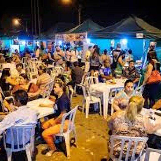 Grupo Em Cima da Hora anima a Feira da Lua na Vila Guarani